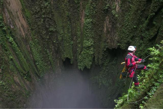 https: img.okezone.com content 2018 08 16 340 1937336 ekspedisi-menembus-dasar-gua-vertikal-terdalam-di-indonesia-2s7imbVtdE.jpg
