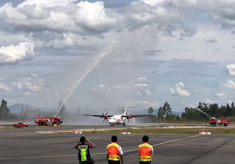 https: img.okezone.com content 2018 08 18 1 1938251 inaugural-flight-malindo-air-jadi-kado-indah-hut-ri-untuk-danau-toba-e8lfHALxZV.JPG