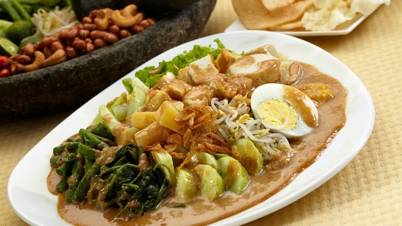 https: img.okezone.com content 2018 08 19 298 1938477 makanan-indonesia-yang-dicintai-selebritis-dunia-salah-satunya-gado-gado-NVaVDETtC3.jpg