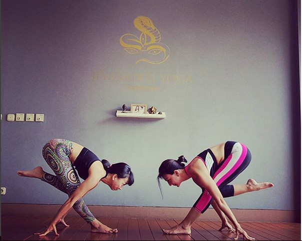 https: img.okezone.com content 2018 08 20 481 1939185 terlalu-cinta-dengan-yoga-wanda-hamidah-bakal-bikin-yoga-gratis-untuk-semua-orang-ZSOJCkjyQn.jpg