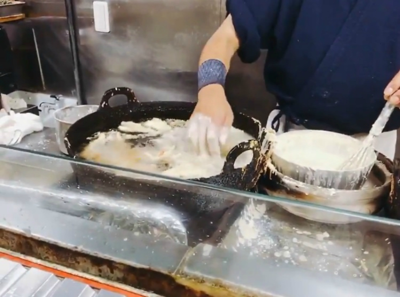 https: img.okezone.com content 2018 08 21 298 1939652 koki-di-jepang-ini-santai-masak-tempura-di-minyak-panas-dengan-tangan-telanjang-jtypbdH0Zd.jpg