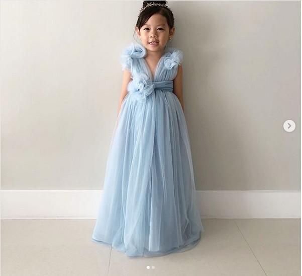 https: img.okezone.com content 2018 08 23 194 1940466 kreatif-seorang-ibu-buatkan-gaun-film-crazy-rich-asians-untuk-sang-putri-J9hMsCILBY.jpg