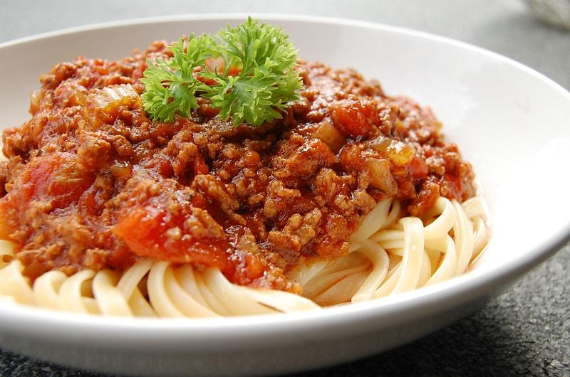 https: img.okezone.com content 2018 08 23 298 1940255 bikin-pasta-pakai-saus-bolognese-instan-dianggap-salah-besar-dQ48zSnpnZ.jpg