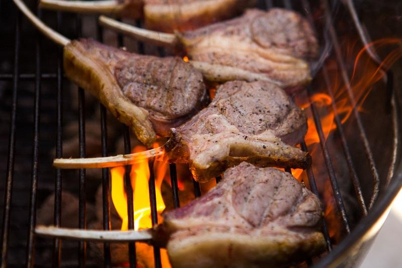 https: img.okezone.com content 2018 08 23 481 1940243 banyak-makan-daging-tanpa-khawatir-kolesterol-naik-begini-caranya-QnKozozsEj.jpg