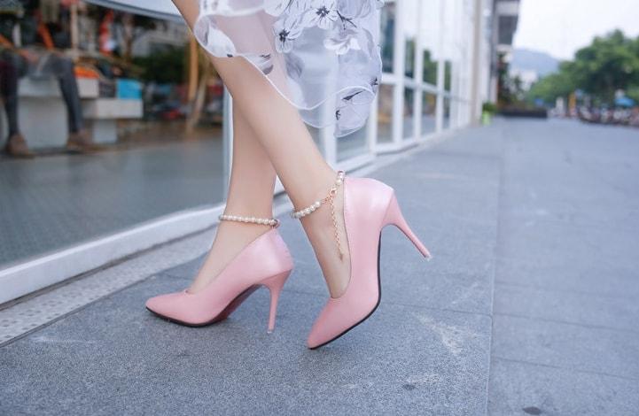https: img.okezone.com content 2018 08 24 194 1941065 referensi-beli-sepatu-cantik-dengan-nuansa-pink-0MTmicuHvC.jpg
