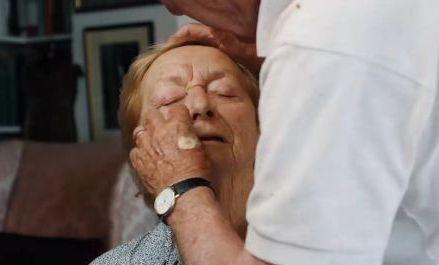 https: img.okezone.com content 2018 08 29 196 1942957 pria-ini-belajar-makeup-demi-dandani-istrinya-simak-kisah-romantisnya-RriKTWgRUx.jpg