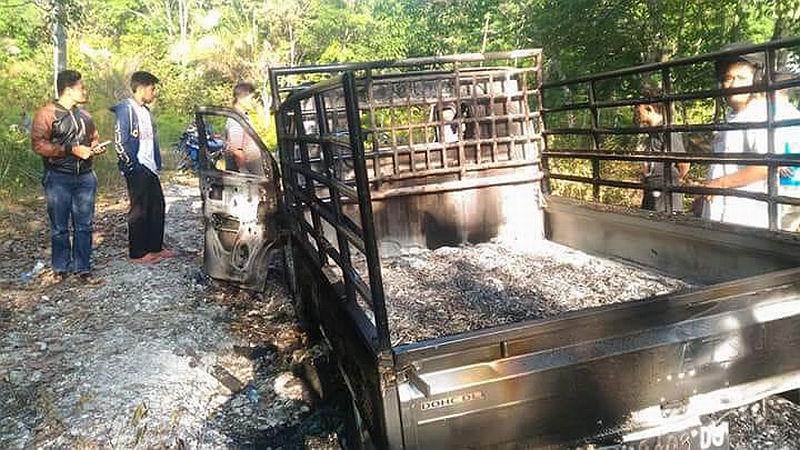 https: img.okezone.com content 2018 08 30 340 1943715 maling-kerbau-tewas-diamuk-massa-mobilnya-pun-dibakar-Tsprj6zu1t.jpg