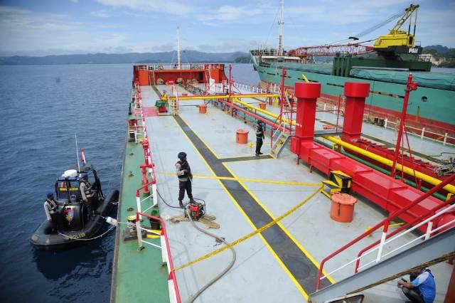 https: img.okezone.com content 2018 08 31 340 1944344 transaksi-bbm-di-tengah-laut-kapal-tanker-dan-spob-digerebek-polisi-mZlv4UktoD.jpg