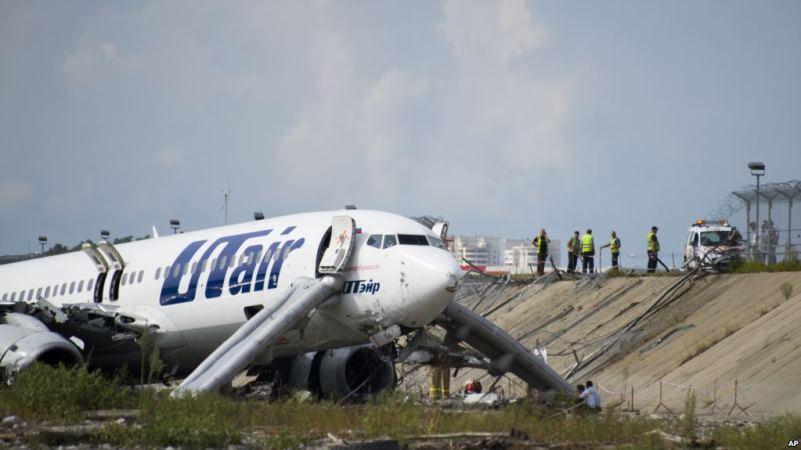 https: img.okezone.com content 2018 09 01 18 1944684 pesawat-tergelincir-kemudian-terbakar-di-bandara-rusia-1-tewas-dan-18-terluka-HicB1aSQ5g.jpg