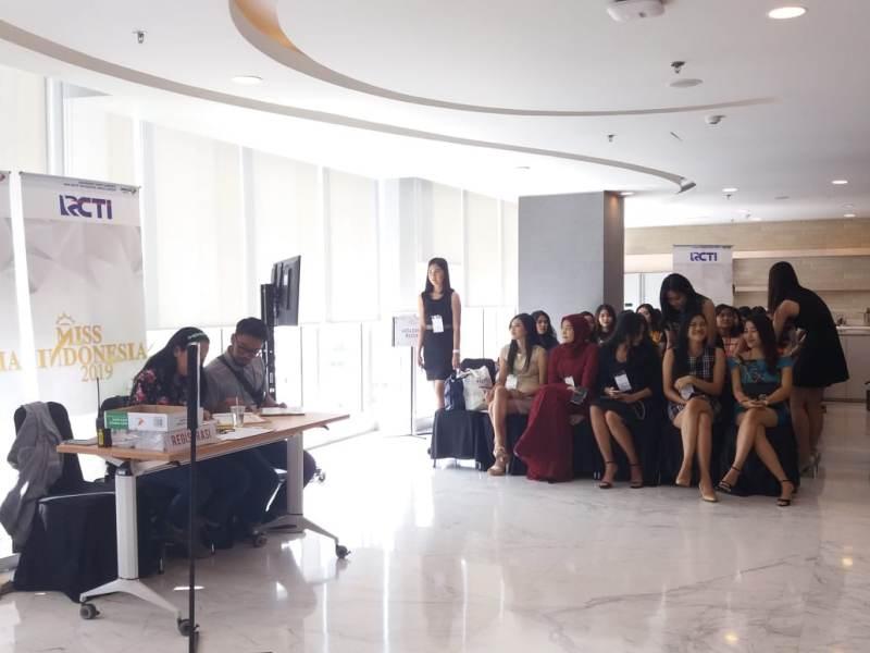 https: img.okezone.com content 2018 09 01 194 1944621 antusiasme-42-peserta-audisi-miss-indonesia-2019-yakin-lolos-ke-tahap-selanjutnya-jsc2ez85Up.jpeg