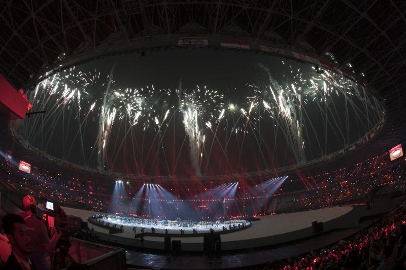 https: img.okezone.com content 2018 09 02 601 1944984 haru-selimuti-penghormatan-kepada-para-atlet-di-upacara-penutupan-asian-games-2018-WNzMW9gbZ1.jpg