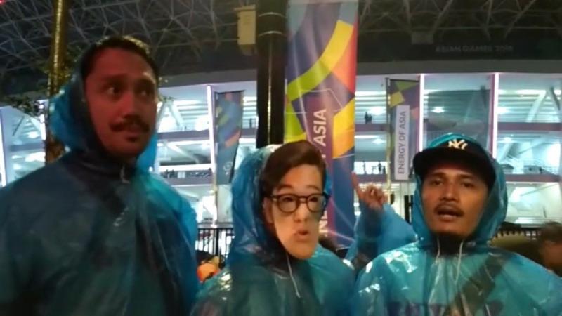 https: img.okezone.com content 2018 09 03 33 1944994 demi-closing-ceremony-asian-games-2018-tora-sudiro-rela-pakai-jas-hujan-GORYs9z4vd.jpg