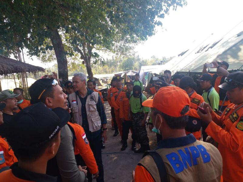 https: img.okezone.com content 2018 09 03 512 1945430 pelantikan-gubernur-dimajukan-ganjar-pranowo-persingkat-jadi-relawan-di-lombok-NF6w9h2Dlp.jpg