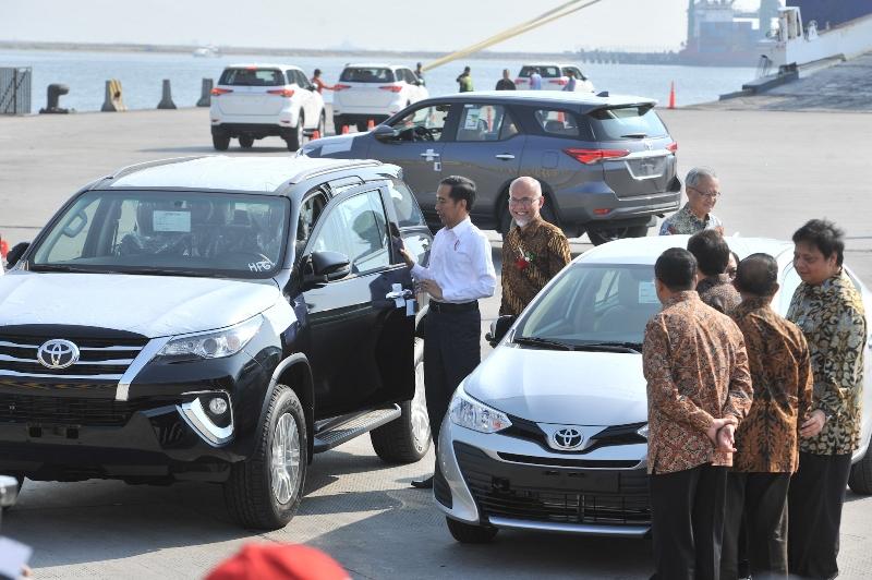 https: img.okezone.com content 2018 09 05 320 1946324 presiden-jokowi-dorong-toyota-ekspor-217-ribu-unit-mobil-per-tahun-zm2uXMSoFw.jpg