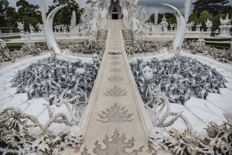 https: img.okezone.com content 2018 09 07 406 1947332 white-temple-bangunan-berkonsep-surga-dan-neraka-tk9FAfDaVg.jpg