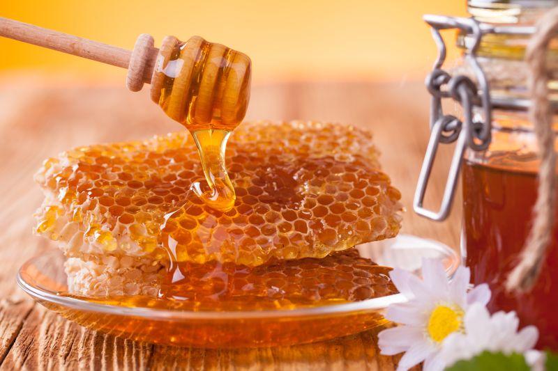 https: img.okezone.com content 2018 09 07 481 1947497 6-manfaat-minum-air-madu-dari-kesehatan-kulit-hingga-jantung-SVhWOVYrJp.jpg