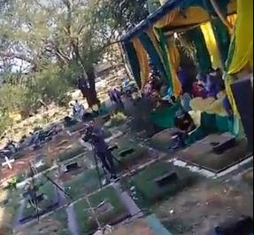 https: img.okezone.com content 2018 09 09 338 1948241 viral-pesta-pernikahan-dan-dangdutan-di-tengah-kuburan-warganet-astaghfirullah-gINMYfV59E.JPG