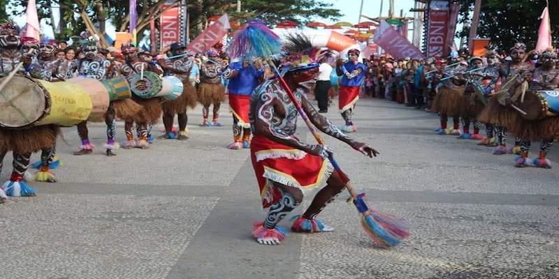 https: img.okezone.com content 2018 09 09 406 1948100 angkat-keunikan-budaya-pemda-raja-ampat-gelar-event-festival-suling-tambur-UqhCaNb9BE.jpg