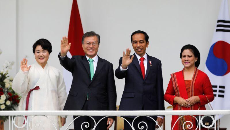 https: img.okezone.com content 2018 09 10 18 1948353 jokowi-akan-lakukan-pertemuan-bilateral-dengan-presiden-korsel-moon-jae-in-OxxpZH8l0F.jpg