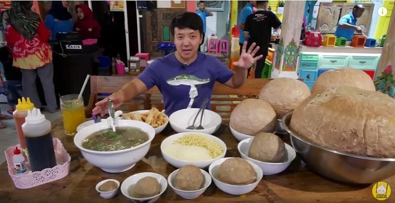 https: img.okezone.com content 2018 09 13 298 1949839 food-vlogger-tertantang-makan-bakso-45kg-terbesar-di-indonesia-8fnIlQqhmK.jpg