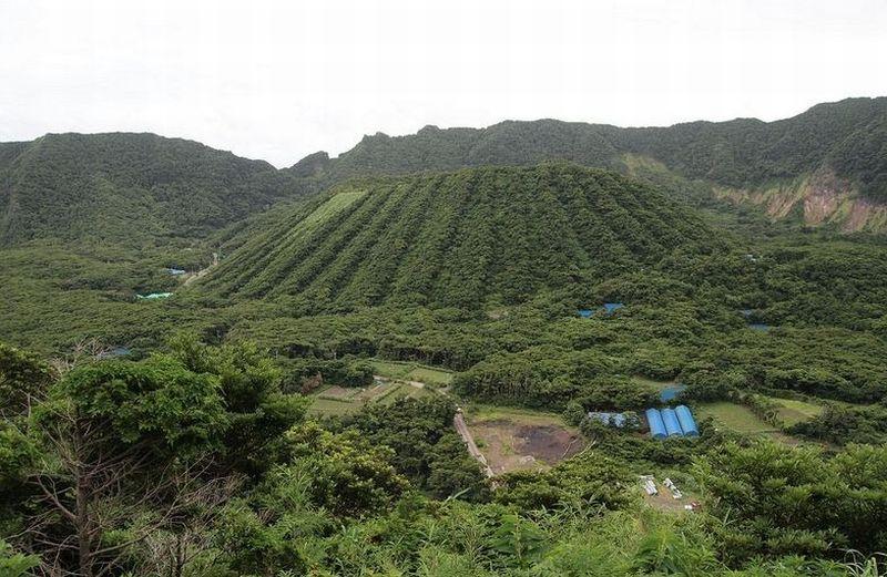 https: img.okezone.com content 2018 09 13 406 1949696 aogashima-desa-idah-nan-menakjubkan-di-dalam-gunung-berapi-Ffevk1XWFA.jpg