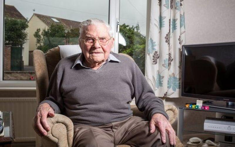 https: img.okezone.com content 2018 09 14 298 1950604 bugar-di-usia-100-tahun-kakek-ini-beberkan-rahasia-makanan-panjang-umurnya-SuYAXCwrtG.jpg