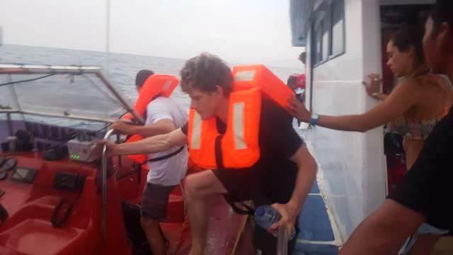 https: img.okezone.com content 2018 09 15 340 1950814 kapal-berpenumpang-warga-asing-bocor-di-pulau-sinyamuk-1-orang-tewas-taJKm8lH7F.jpg