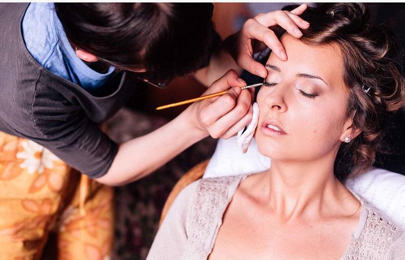 https: img.okezone.com content 2018 09 17 194 1951445 make-up-artist-profesi-dengan-bayaran-mahal-jM5mflArym.jpg