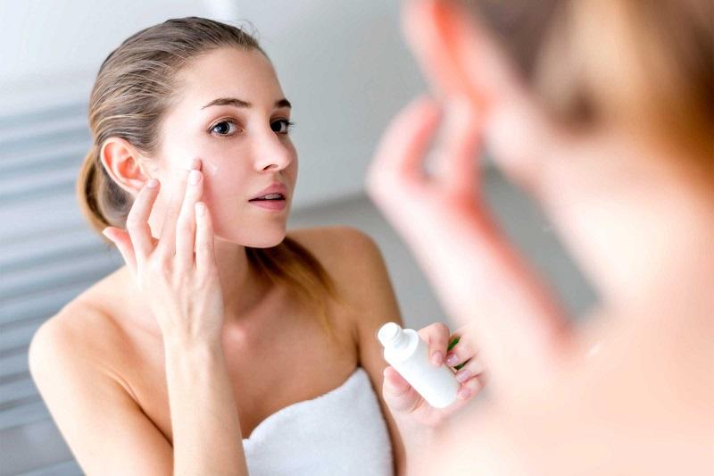 https: img.okezone.com content 2018 09 17 194 1951717 4-penyebab-kulit-mengalami-penuaan-dan-cara-mencegahnya-Gijb2qJZoS.jpg