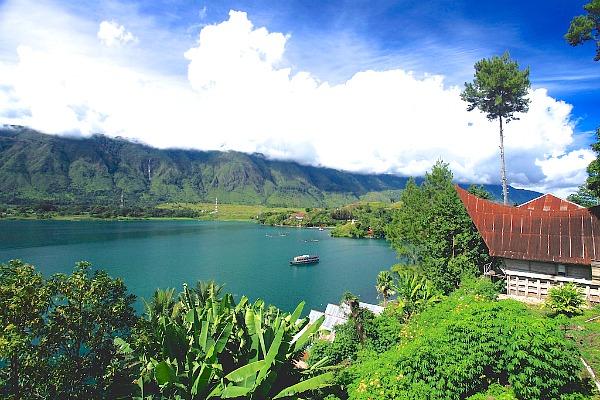 https: img.okezone.com content 2018 09 17 406 1951377 sammy-simorangkir-prihatin-danau-toba-sepi-wisatawan-3OaTwA0sot.jpg