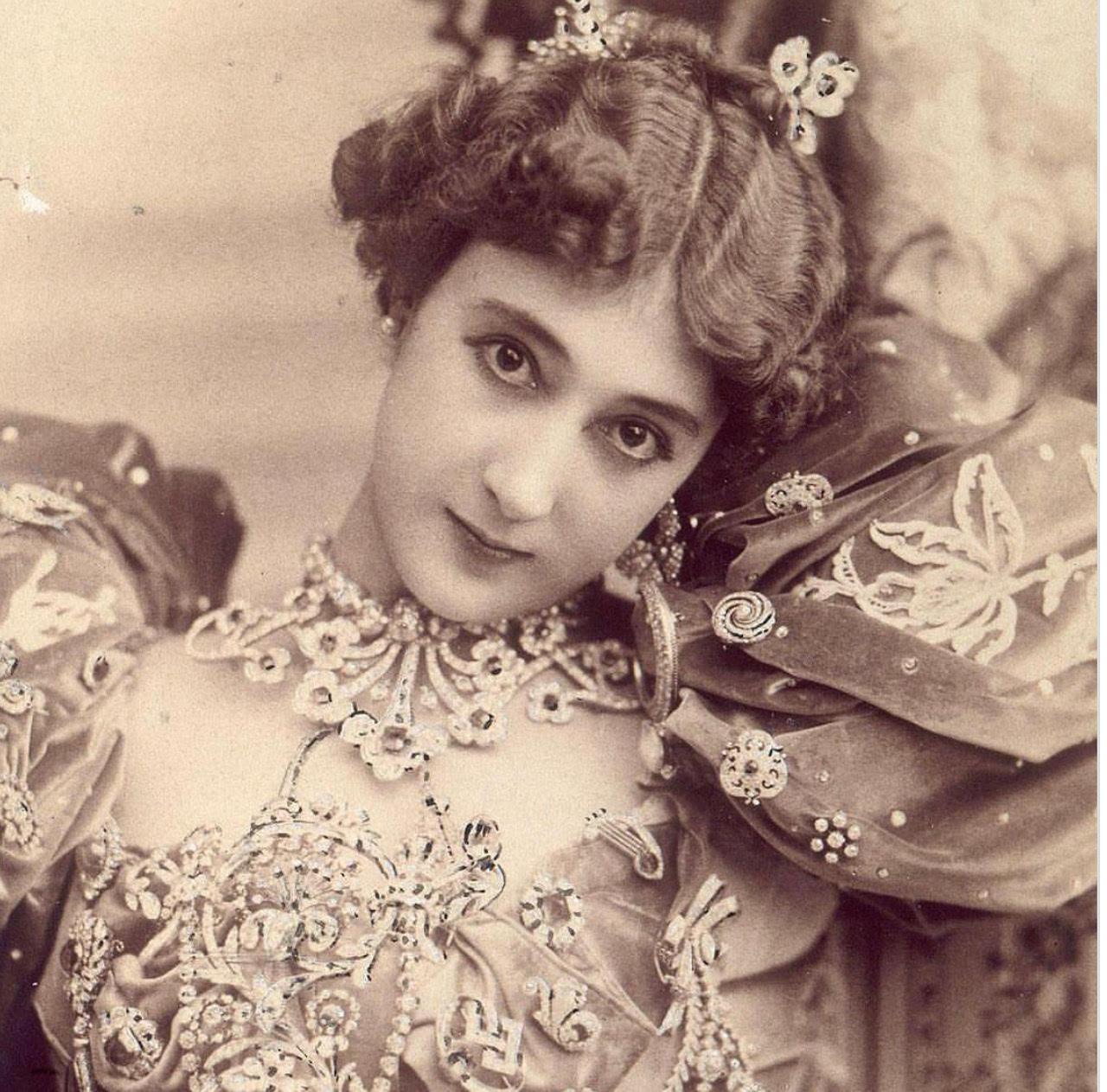 https: img.okezone.com content 2018 09 19 194 1952615 sempat-eksis-100-tahun-yang-lalu-8-perempuan-ini-kecantikannya-tidak-bisa-ditandingi-VWF4sUDujU.jpg