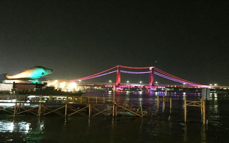 https: img.okezone.com content 2018 09 19 298 1952807 menyantap-seafood-sambil-menikmati-gemerlapnya-jembatan-ampera-di-palembang-eRaelrQzvb.jpg