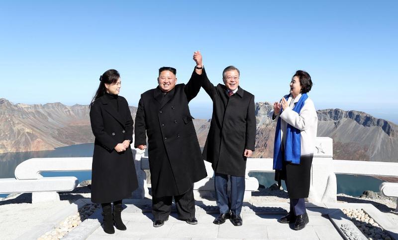 https: img.okezone.com content 2018 09 20 18 1953180 bersama-kim-jong-un-presiden-korsel-moon-jae-in-wujudkan-mimpi-daki-gunung-ikonik-paektu-uPmy7cDYHM.jpg