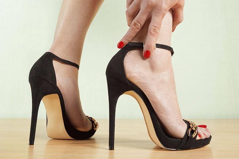 https: img.okezone.com content 2018 09 21 194 1953886 tampil-trendi-dengan-pilihan-sepatu-heels-antipegal-rrjrbHnvwB.jpg