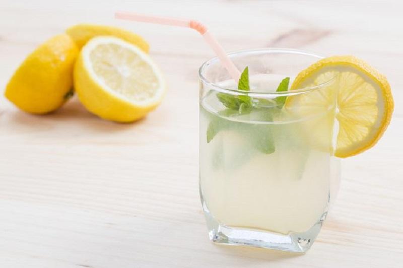 https: img.okezone.com content 2018 09 21 481 1953862 benarkah-minum-air-lemon-dingin-turunkan-berat-badan-simak-5-fakta-ini-bYvrVDmjZh.jpg