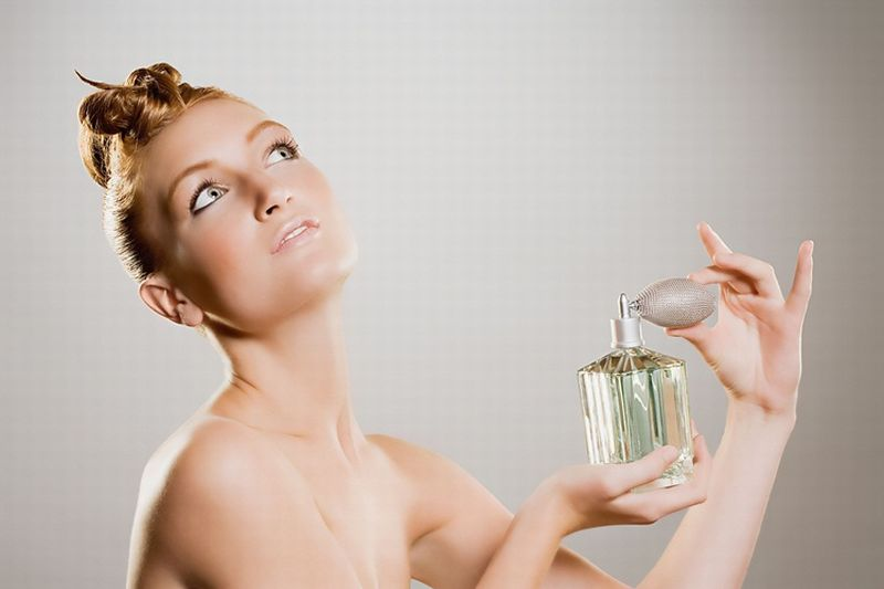 https: img.okezone.com content 2018 09 24 194 1954695 sudah-beli-parfum-mahal-tapi-enggak-tahan-lama-ini-alasannya-jCAp7nTZH6.jpg