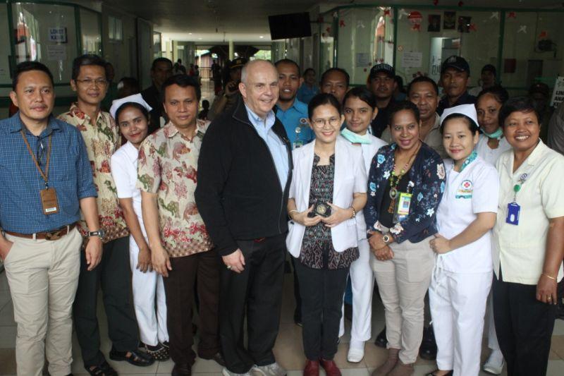 https: img.okezone.com content 2018 09 24 340 1954888 kunjungi-mimika-papua-dubes-amerika-banyak-belajar-soal-kondisi-lingkungan-coX8s9lbbM.jpg