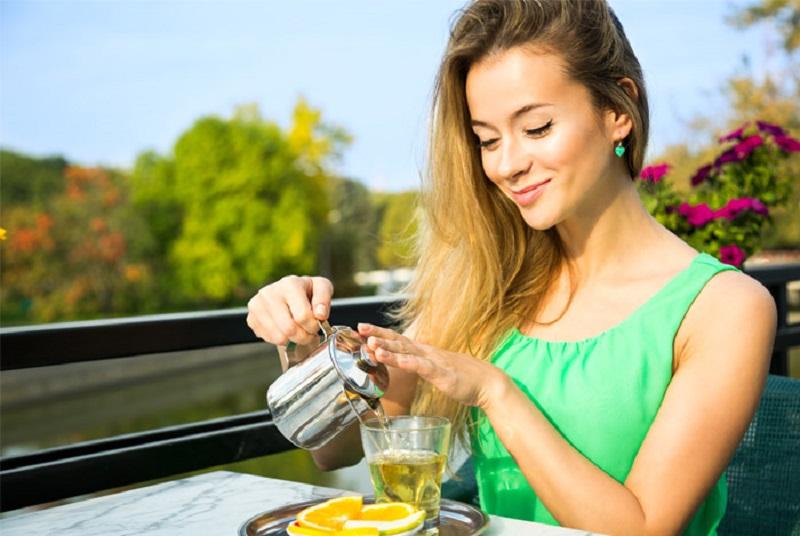 https: img.okezone.com content 2018 09 24 481 1954727 biasakan-minum-4-cangkir-teh-sehari-manfaatkan-positif-ini-bisa-anda-rasakan-pada-tubuh-b1T3ku7WYL.jpg