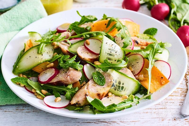 https: img.okezone.com content 2018 09 24 481 1954782 ingin-kurus-gunakan-7-jenis-topping-ini-dalam-menu-salad-anda-Gj6IjFK1vq.jpg