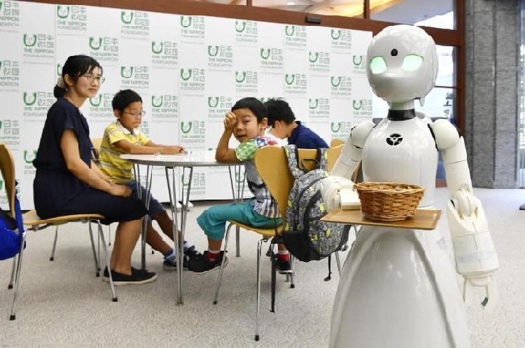 https: img.okezone.com content 2018 09 24 56 1954924 unik-robot-ini-bisa-dikontrol-dari-jarak-jauh-layani-pengunjung-kafe-Jl4KFO9J4V.jpg
