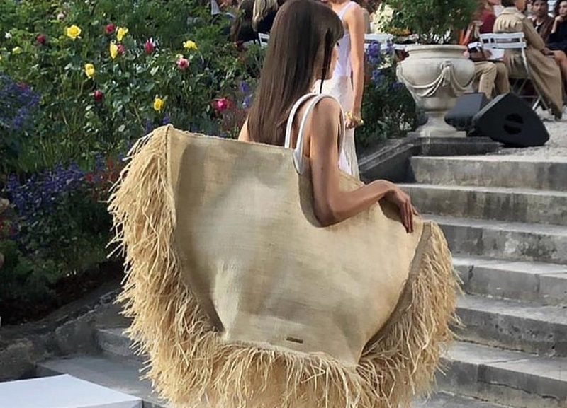 Tas Jerami Raksasa Hadir di Runway Paris Fashion Week 2019   Okezone ... a26bebb7b2