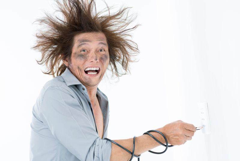 https: img.okezone.com content 2018 09 26 196 1956103 jangan-panik-ini-hal-yang-harus-kamu-lakukan-ketika-tersengat-listrik-uDGPTdRG40.jpg