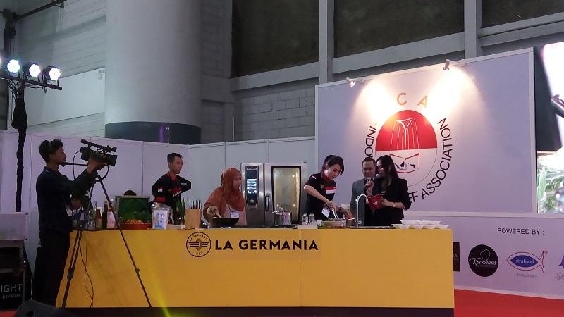 https: img.okezone.com content 2018 09 26 298 1955885 keseruan-chef-axhiang-masak-mi-laksa-khas-bangka-belitung-QNd8HdfjSj.jpg