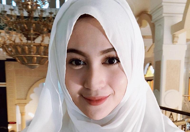 https: img.okezone.com content 2018 09 27 194 1956282 intip-5-gaya-hijab-denira-wiraguna-perempuan-yang-dikabarkan-dekat-dengan-kevin-sanjaya-LIDw5hCCyr.jpeg