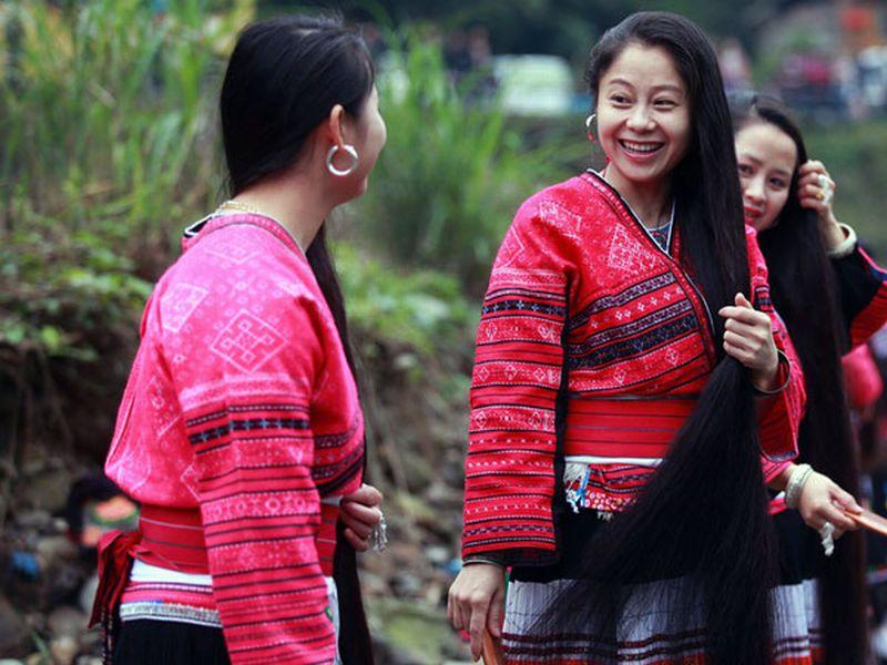https: img.okezone.com content 2018 09 28 406 1956946 masuk-rekor-dunia-desa-ini-mewajibkan-para-wanita-berambut-panjang-hingga-bermeter-meter-RkkscLR8TZ.jpg