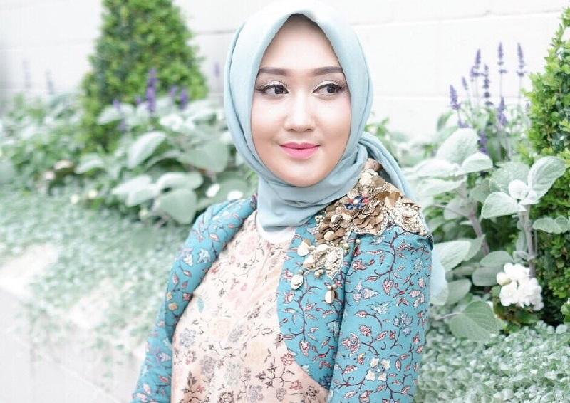 https: img.okezone.com content 2018 10 02 194 1958562 4-inspirasi-padu-padan-batik-dan-hijab-ala-selebriti-tanah-air-MBPD3Sy3Kw.jpg
