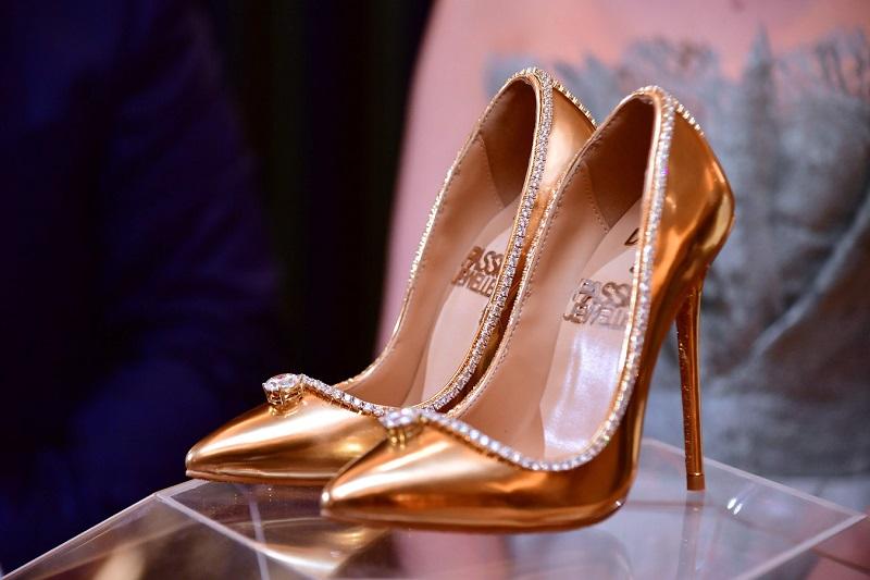 https: img.okezone.com content 2018 10 02 194 1958604 intip-kemewahan-sepatu-heels-termahal-di-dunia-seharga-rp253-miliar-m3p2xU2Gaz.jpg
