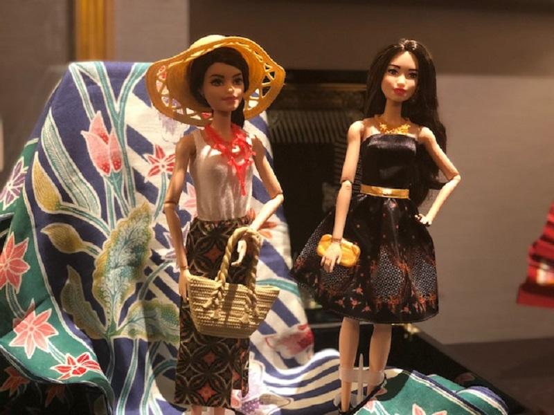 https: img.okezone.com content 2018 10 02 194 1958606 cute-boneka-barbie-ikut-rayakan-hari-batik-nasional-yuk-lihat-pakaian-mereka-lebih-dekat-9cqQU7qefk.jpeg