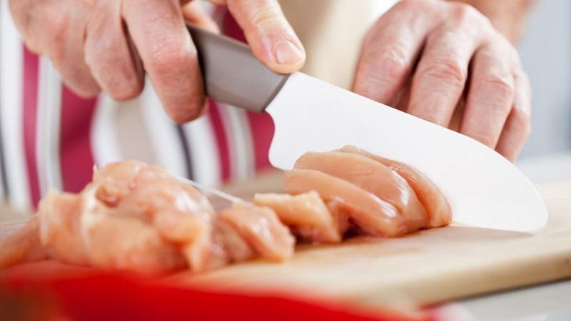 https: img.okezone.com content 2018 10 02 298 1958610 5-kebiasaan-di-dapur-yang-bikin-bakteri-salmonella-pada-daging-ayam-menyebar-2tp0mgRl2l.jpg