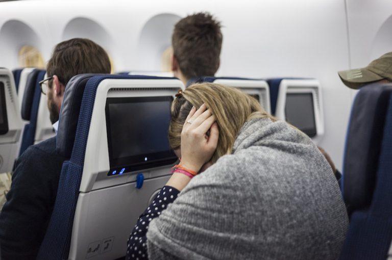 https: img.okezone.com content 2018 10 02 481 1958595 cara-mengatasi-sakit-telinga-selama-penerbangan-WbPsI49442.jpg